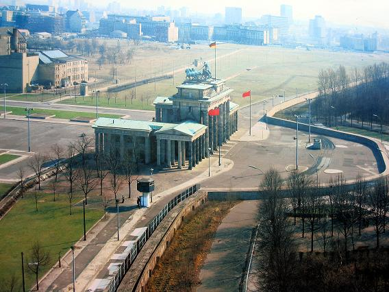 berlin_brandenburg_gate_while_small