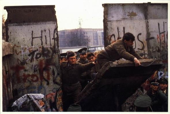 Muchos alemanes del Este querrían que volviera el Muro de Berlín.