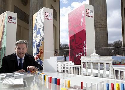 Klaus Wowereit, alcalde de Berlín, con la maqueta del 'efecto dominó' junto a la Puerta de Brandemburgo.
