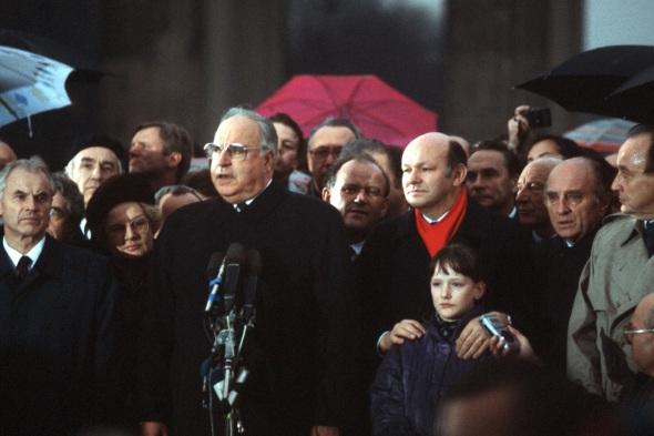 Nunca nadie había desafinado tanto como Helmut Kohl cantando el himno alemán aquella tarde/noche en Berlín, 24 horas después de que cayera el Muro.