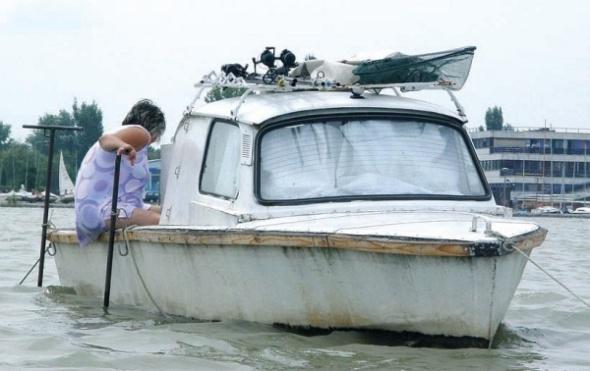 Trabi adaptado, en el lago Balatón, Hungría.